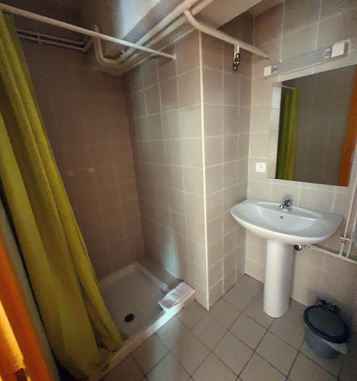 La douche de la chambre 5 de l'auberge de l'hospice du petit saint bernard