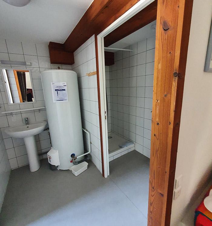 La douche de la chambre 6 de l'hospice du col du petit saint bernard