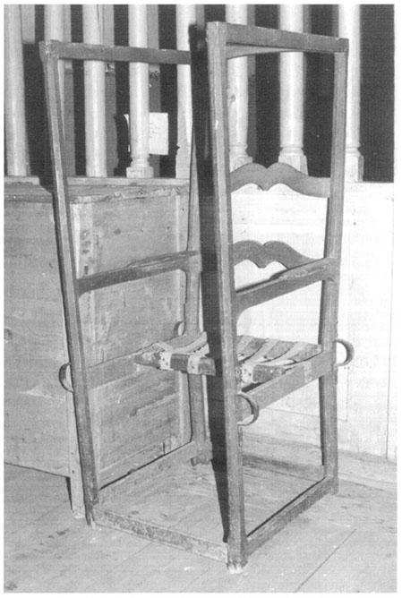 chaise à porteurs dite de la Comtesse Cécile (chapelle Saint-Germain à Séez). (cliché J.-L. Penna)