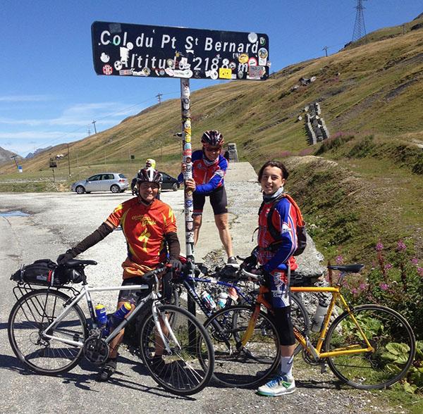 cyclistes faire le col du petit saint bernard à vélo
