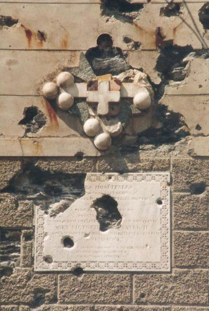 Croce dell'Ordine dei Santi Maurizio e Lazzaro sul muro dell'ospizio