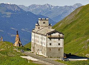 Hospice vu depuis le col du Petit Saint Bernard, Savoie, Val d'Aoste