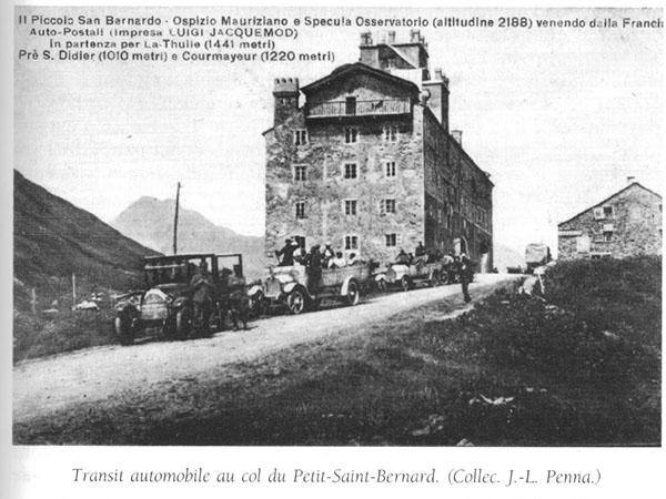 Transit automobile au Col du Petit-Saint Bernard. (Collec. J.-L. Penna)