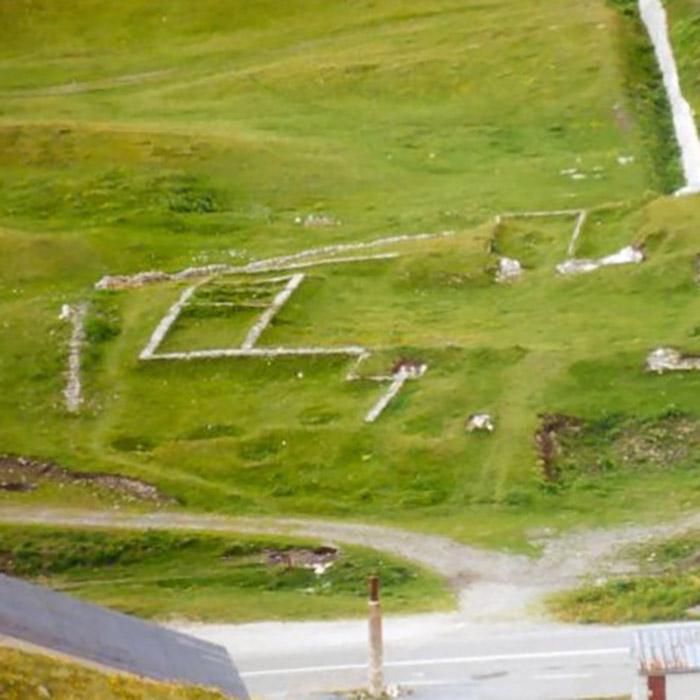 ruines du temple au col du petit saint bernard